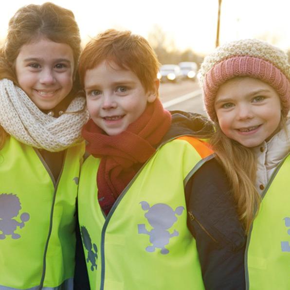 Förderschwerpunkt Unfallprävention Schulkinder mit Warnwesten der ADAC Stiftung